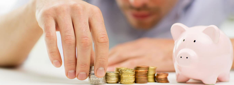 Finanzierung und Förderung - Mann zählt Kleingeld