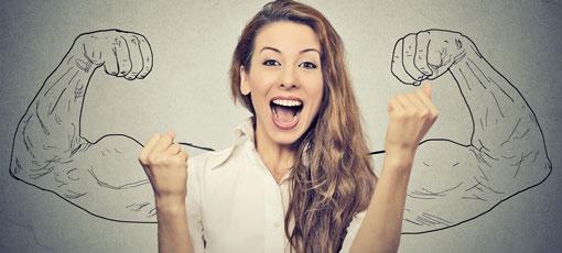 Angehende Beraterin zeigt ihre Muskeln und ihre Freude