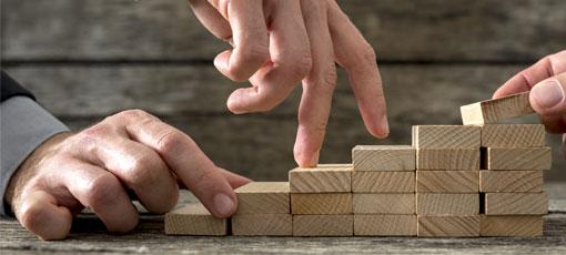 Finger laufen eine Holztreppe hinauf
