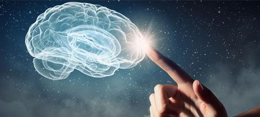 Psychologischer Berater tippt ein holographisch dargestelltes Gehirn an