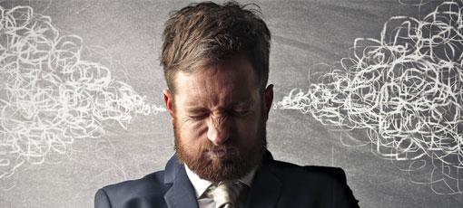 Manager ist gestresst und verzieht sein Gesicht