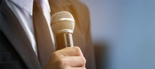 Kommunikationstrainer spricht in ein Mikrofon