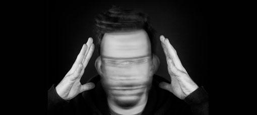 Mann versucht seine rasenden Gedanken zu stoppen