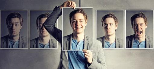 Junger Mann zeigt unterschiedliche Persönlichkeiten