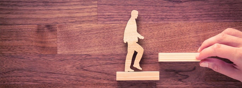 Was ist ein Personal Coach? - Mann läuft eine Holztreppe hoch