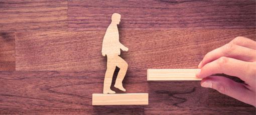 Mann läuft eine Holztreppe hinauf