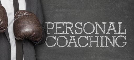 Personal Coach im Anzug mit Boxhandschuhen