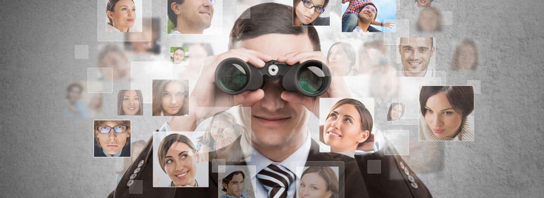 Psychologie für Personalmanager - Mann sieht durch ein Fernglas