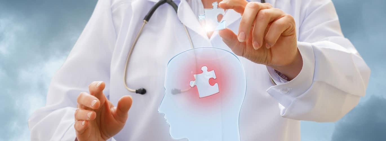 Die Psychotherapie Ausbildung - Mann hält Puzzleteil vom menschlichen Gehirn in der Hand
