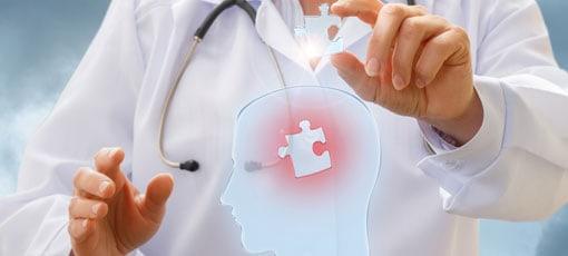 Doktor setzt fehlendes Puzzleteil in menschlichen Kopf ein
