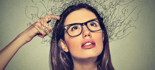 Frau kratzt sich nachdenklich am Kopf