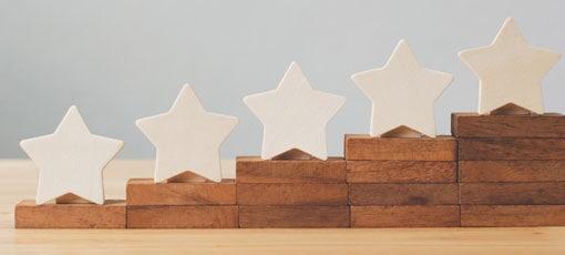 Fünf Sterne stehen auf den Stufen einer Treppe