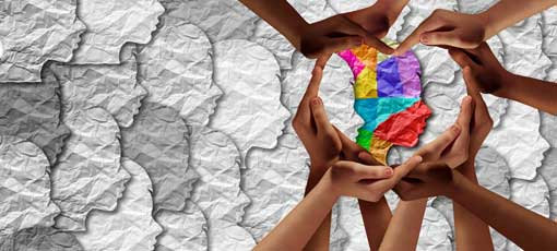 Pädagogische Psychologe - Hände formen ein Herz um einen bunten Kopf