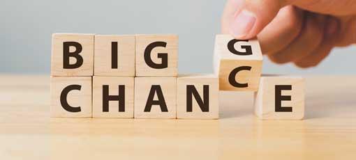 Fernlehrgang Persönliche Lebensführung - Hand wende hölzerner Würfel mit Wortwechsel in Zufall, Persönliche Entwicklung und Karrierewachstum oder ändere Dein Konzept